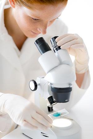scientifique et microscope